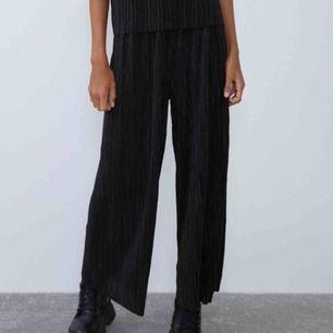 Helt nya plisserade byxor från Zara, endast provade. 120kr+frakt.