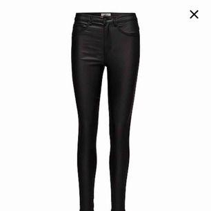 """Helt nya """"skinn"""" imiterade byxor i jeansform från only storlek xs/34. Lappen sitter kvar på byxan och nypris var 399"""