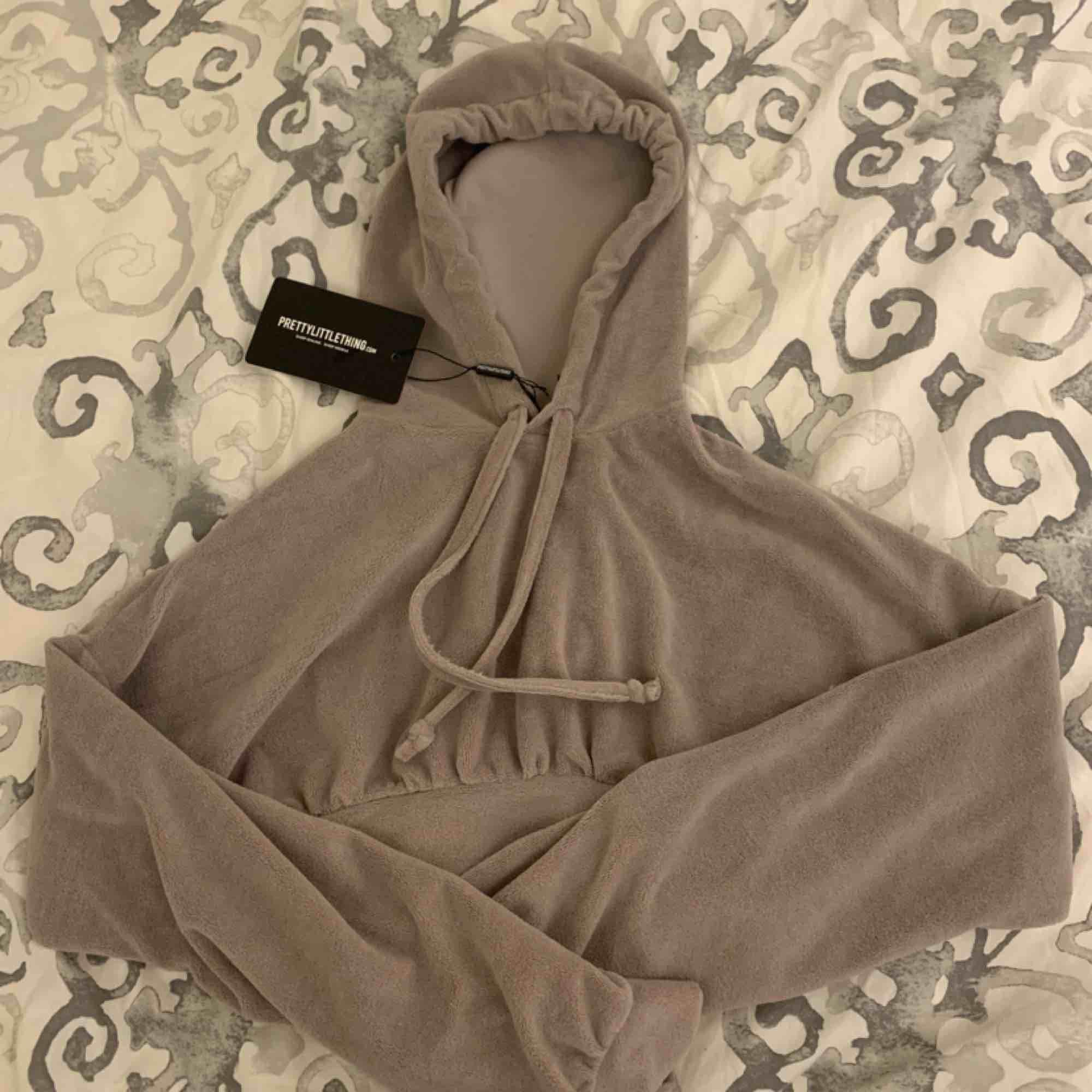 NY grå/brun cropped Hoodie från PLT i ett mysigt material, har enbart tvättat den en gång. Storlek 32.  Möts upp i Stockholm eller fraktar.  Frakt kostar 54kr extra, postar med videobevis/bildbevis. Jag garanterar en snabb pålitlig affär!✨. Tröjor & Koftor.