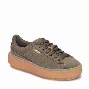 Säljer nu ett par puma skor i storlek 37,5 men skulle säga att de passar mer som en storlek 38. Säljer de för att jag kände att de var lite för stora, har använt de 1 kort promenad så de är felfria helt nya. Ställ gärna frågor 💕