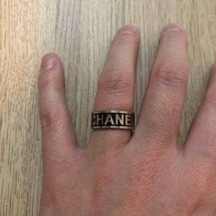 Säljer min fina Chanel ring. Inte äkta men superfin. Använd 2 gånger. Passar dem som har storlek 16 och 17 i ring storlek.  Frakt 20