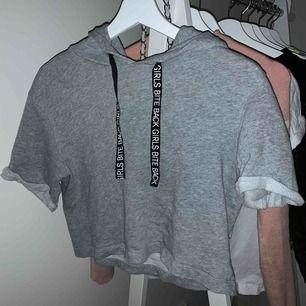 En grå croppad hoodie i bra skick💕 Köparen betalar frakten