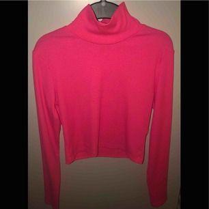 Jätte fin rosa polotröja/Crop top tröja från H&M! Säljer då den är för liten för mig. Neon rosa! 😍 Katt finns i hemmet. Kan fraktas men du själv står för frakten 30 kr!