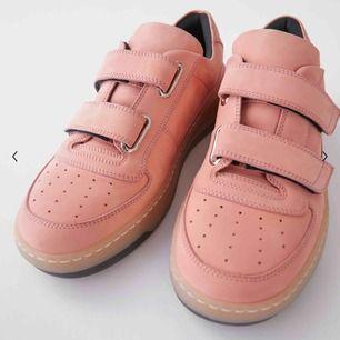 Säljer mina älskade Acne velcro sneakers, köpta för någon månad sedan men har tyvärr inte kommit till så mycket användning :( Passar 38-40 skulle jag säga. Köpta för 3000kr och är i mycket bra skick!  Kan mötas upp eller så står köparen för frakt
