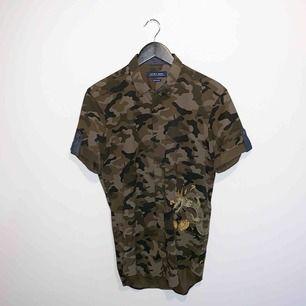Kortärmad camo skjorta från Zara. Också endast använd 1 gång.  Skick: 10 / 10. Ord pris: 399kr.