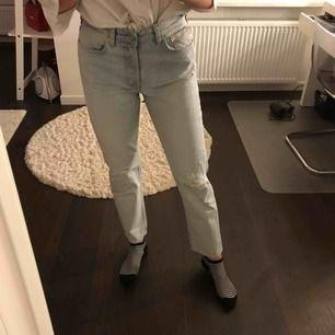 Ljus blåa jeans med slitningar