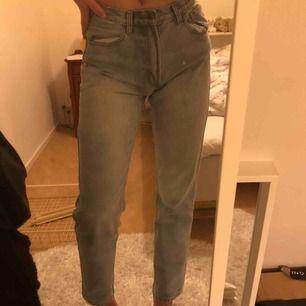 jättesnygga (& sköna) högmidjade jeans från brandy melville köpta i somras. använda men i jättefint skick. jeansen är lite små i midjan. möts upp i Stockholm. först till kvarn 🥰