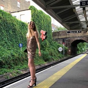 säljer denna partaj klänningen! ser kort ut men beror på att jag är rätt lång haha :)