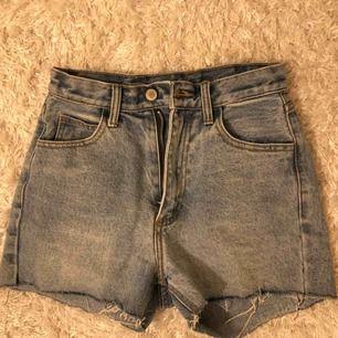 jättesnygga jeansshorts från brandy melville köpta i somras. väl använda men fortfarande i mycket fint skick. shortsen är lite små i midjan. skulle säga att de passar storlek xs. frakt på 54 kr tillkommer. först till kvarn 🥰