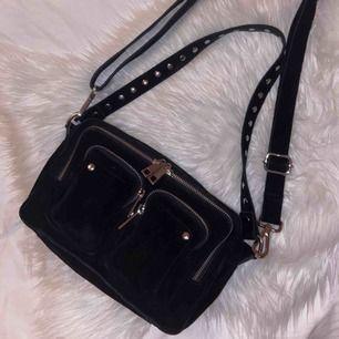 Säljer min svarta nunoo väska storleken ellie suede🥰 Jätterymlig och i superfint skick men säljer för att jag äger för många väskor :( köptes för 1399 på Nelly.com