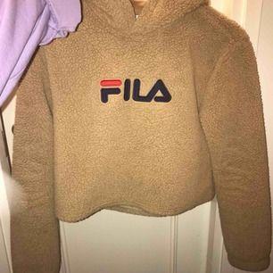 Gansk kroppad hoodie från fila som jag köpte på urban outfitters i stockholm för ett tag sedan. Nypris:700-750kr. Jääättebekväm och skitsnygg på! Säljer pga ingen användning.