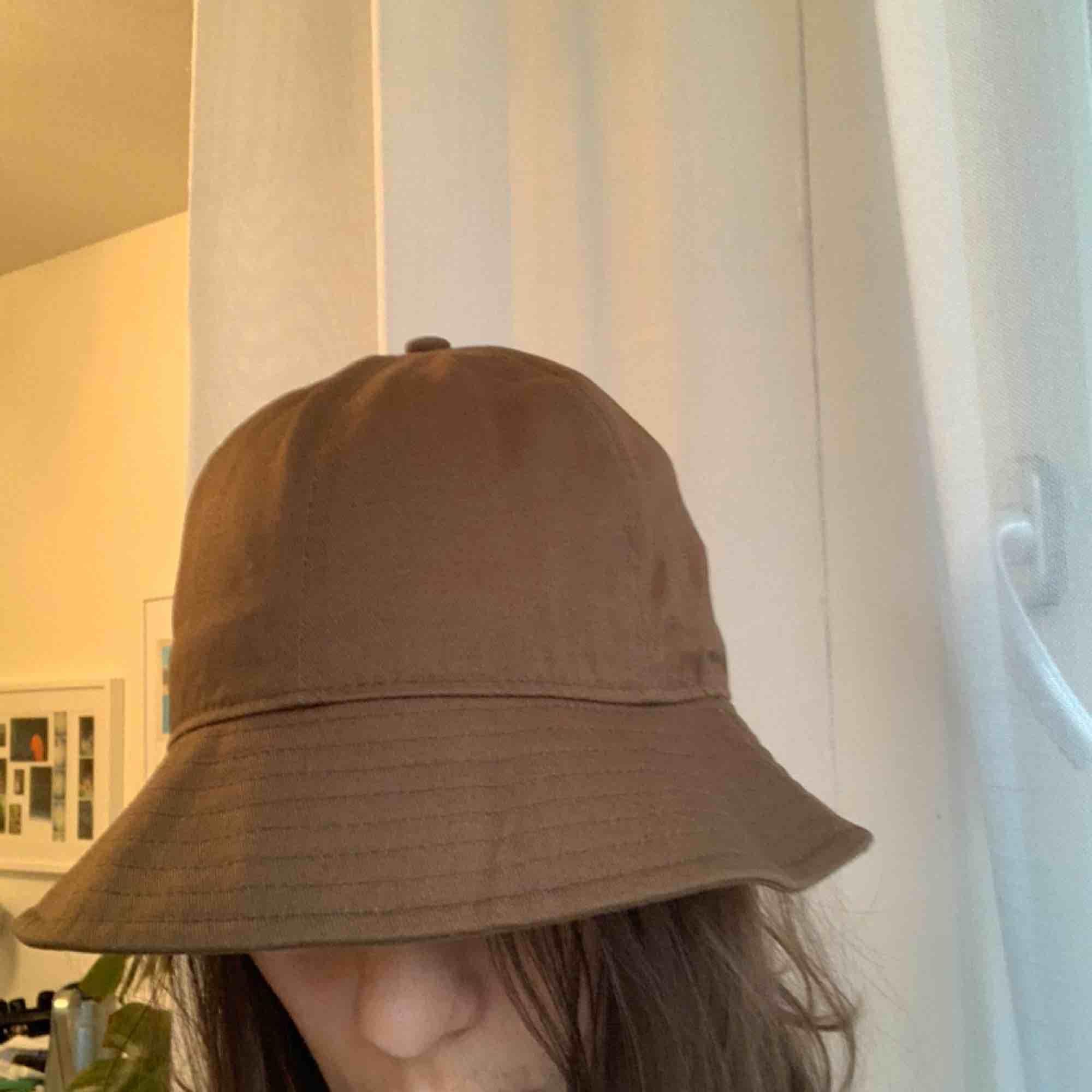 Brun bucket hatt. Accessoarer.