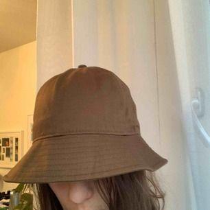 Brun bucket hatt