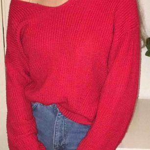 En jätte fin röd stickad tröja med V-ringning som tyvär inte används längre och därför säljs💗  Köpare står för frakt