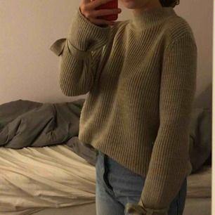 Beige sticka tröja från Gina tricot i strl S Rosetter vid ärmarna som man knyter själv och kan alltså justera hur hårt man knyter (Färgen ser ut som på 1:a bilden) Knappt använd!