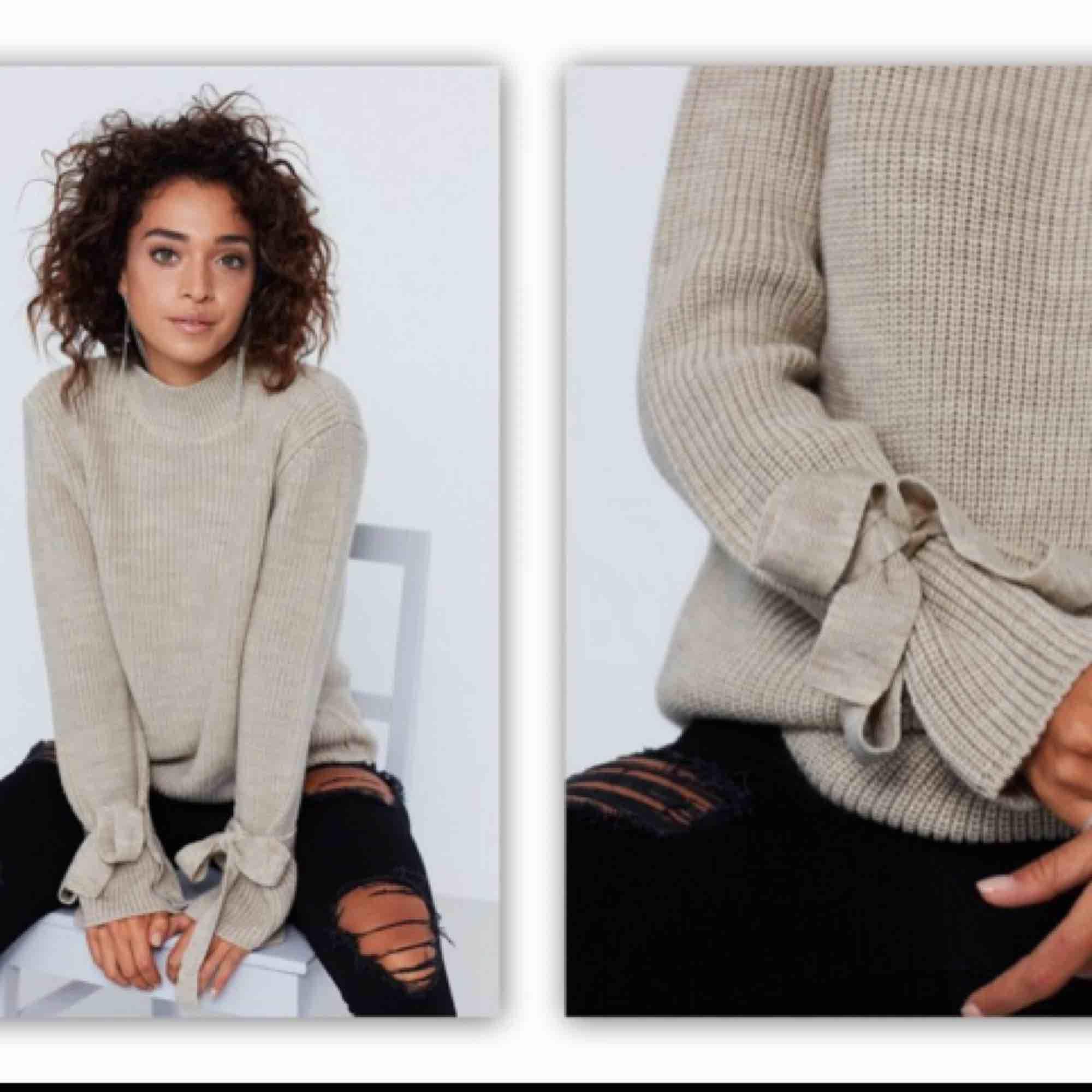 Beige sticka tröja från Gina tricot i strl S Rosetter vid ärmarna som man knyter själv och kan alltså justera hur hårt man knyter (Färgen ser ut som på 1:a bilden) Knappt använd!. Stickat.