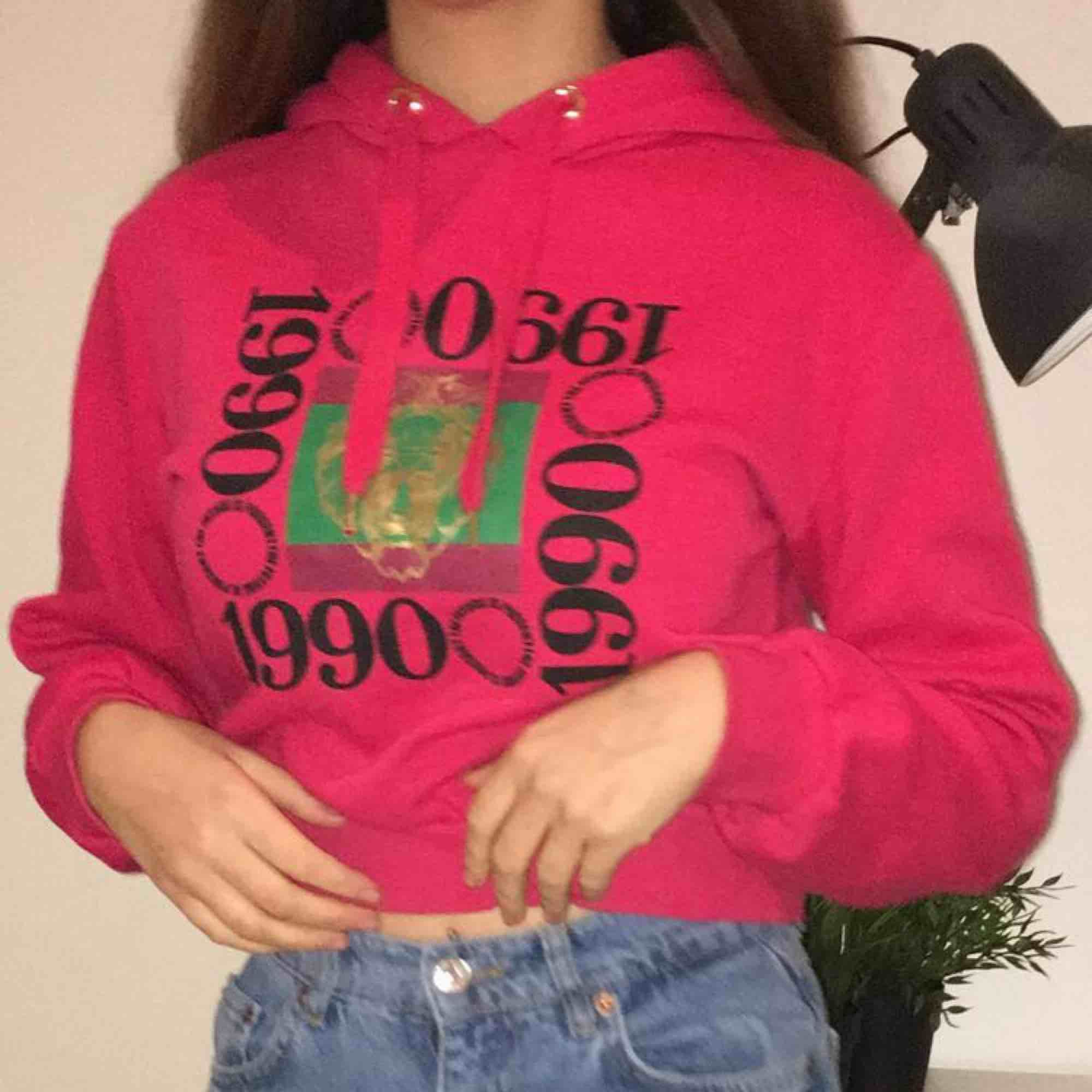 En röd croppad hoodie köpt i barcelona på Hm . Huvtröjor & Träningströjor.