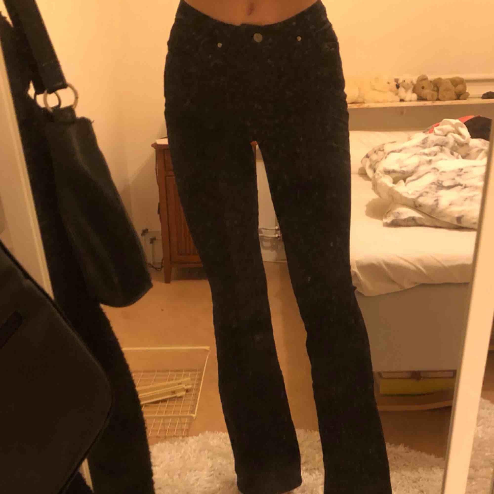 helt nya svarta högmidjade bootcut jeans köpta från na-kd nu i höst. endast provade, aldrig använda. hör av dig för bättre foton (då jag är medveten om att min spegel är väldigt smutsig). möts upp i Stockholm. först till kvarn 🥰. Jeans & Byxor.