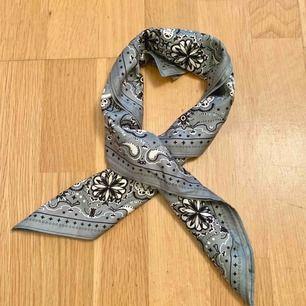 Grå grön bandana/ liten scarf. Finns en likadan i svart, och på den annonsen kan man se hur stor den är när jag har den i håret. Frakt kostar 15 kr