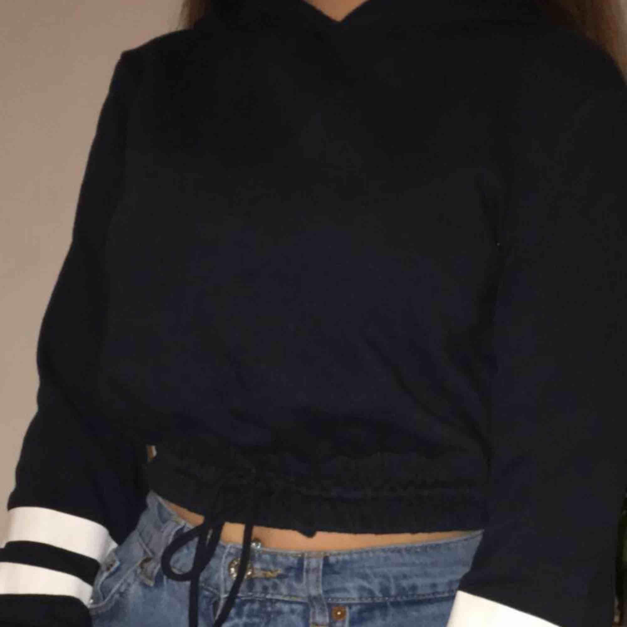 Croppad mörkblå tröja med snöre och mudd där nere, En gammal favorit men tyvär inte riktigt min stil längre. Huvtröjor & Träningströjor.