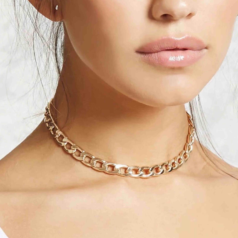 Choker liknande halsband i guld. Nypris 199 sek. Accessoarer.
