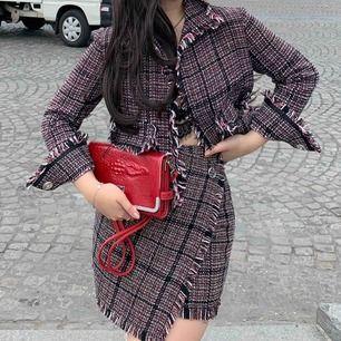 Tweed-set från Gina Tricot, hur snyggt? 🤤  Använt 1 gång!    Jacka 250kr   Kjol 100kr    eller En hel set för 300kr 🤩  Köparen står för frakt!