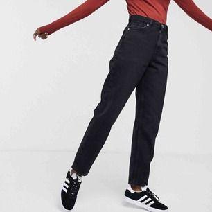 Jätte snygga monki jeans som tyvärr aldrig kommer till användning! Använda 1 gång. Nypris 400. Frakt 59kr