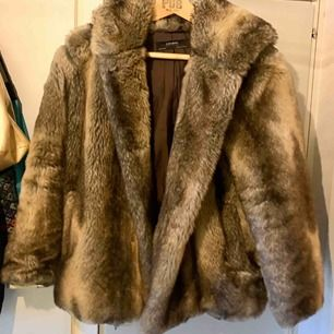 Fake-päls jacka från Zara, i fint sick. Varm och skön till vintern!