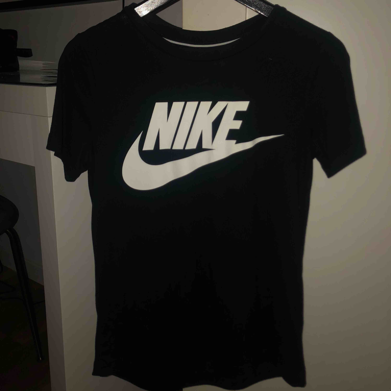 Snygg Nike tröja, oanvänd, fin passform och jätteskönt material. Frakt kan tillkomma! . T-shirts.