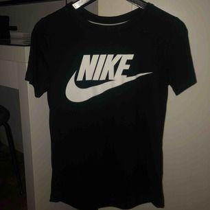 Snygg Nike tröja, oanvänd, fin passform och jätteskönt material. Frakt kan tillkomma!