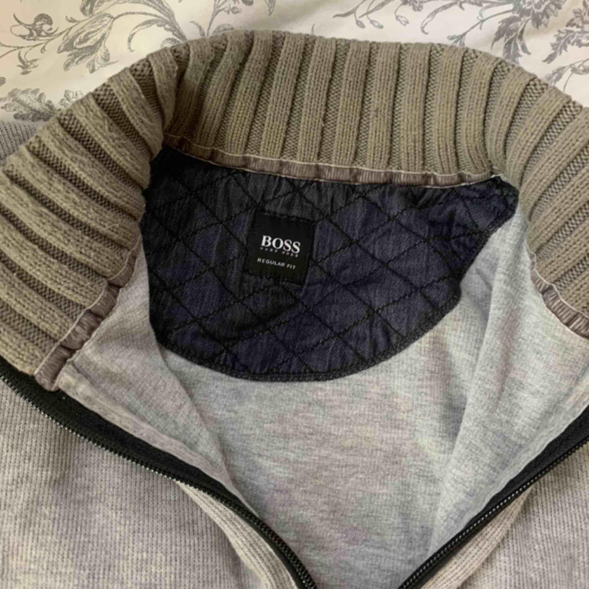 Tjocktröja med dragkedja och hög krage från Hugo Boss Står ingen storlek men jag brukar ha XS-M och den passar bra på mig. Fri frakt. Huvtröjor & Träningströjor.