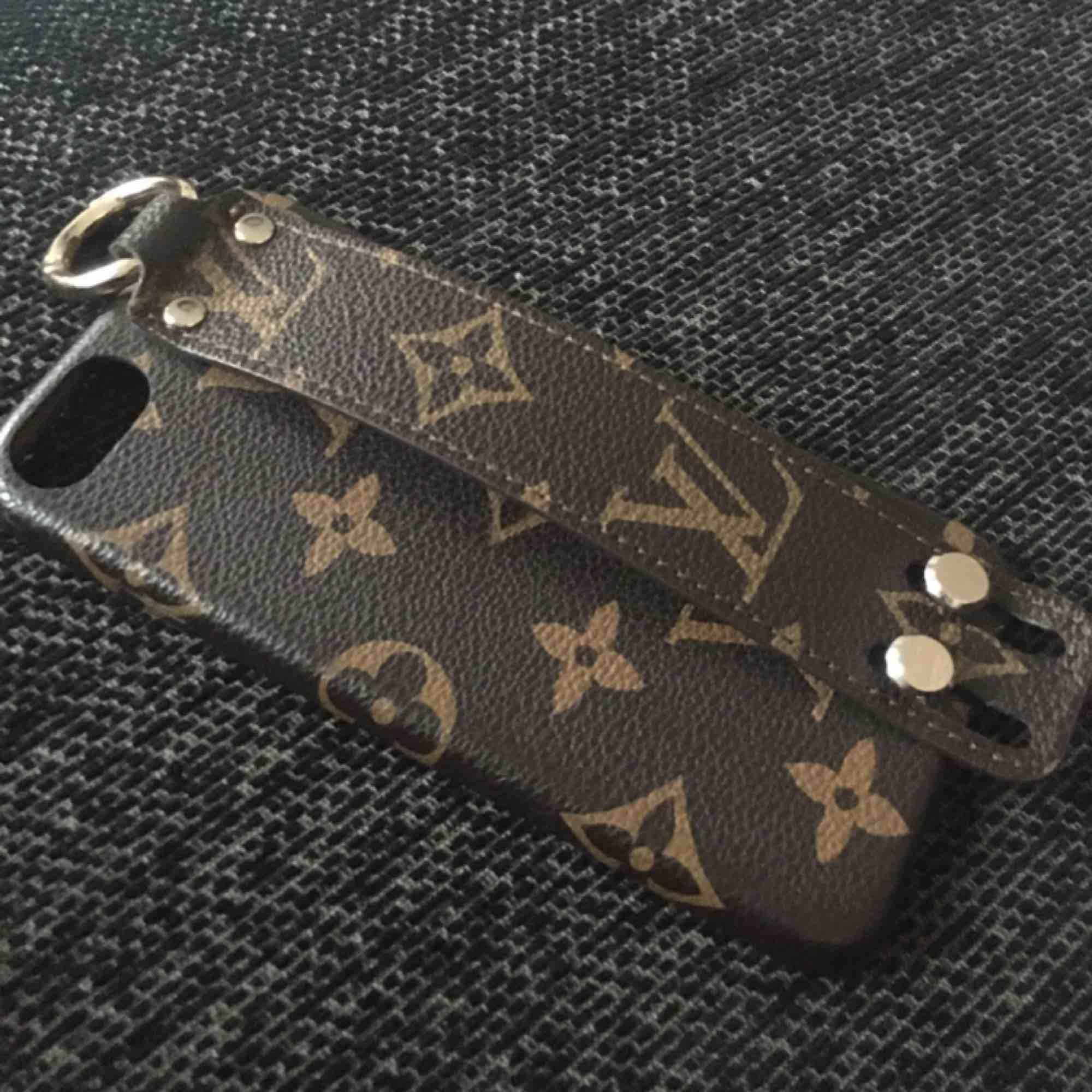 Denna fina oäkta Louis Vuitton IPhone Skal för iPhone 6/6s eller iPhone 7 den kan funka på.  Bra skick säljer pågrund av att jag ska inskaffa ny telefon. Ska den skickas så får den som köper stå för frakt... Accessoarer.