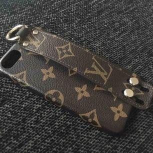 Denna fina oäkta Louis Vuitton IPhone Skal för iPhone 6/6s eller iPhone 7 den kan funka på.  Bra skick säljer pågrund av att jag ska inskaffa ny telefon. Ska den skickas så får den som köper stå för frakt..