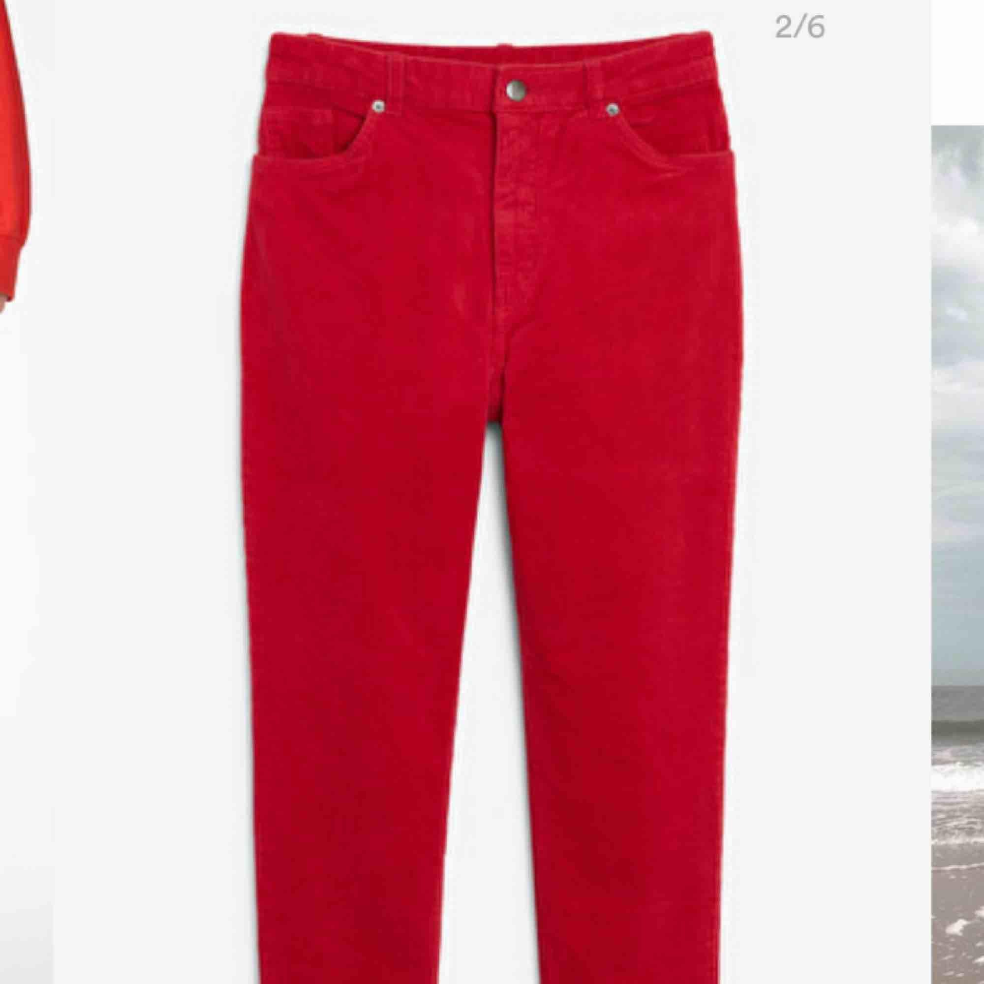 Superfina manchesterbyxor från Monki, slim fit och högmidjade. Säljer pga köpte fel storlek :/ Köparen står för frakten!💘. Jeans & Byxor.