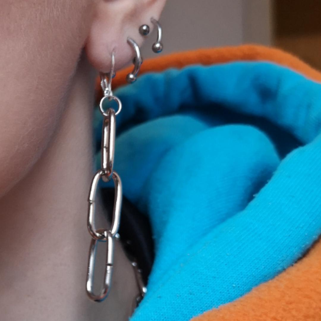 Superfina örhängen (gör nya par så de du köper är oanvända. Själva örhängedelen som går genom örat är nickelfritt! Mäter cirka 6 cm totalt. 😌👍. Accessoarer.