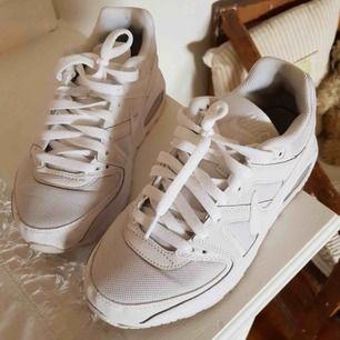 Helvita Nike air i jättebra skick. Köpta här på Plick, knappt använda. Säljer pga för små. Storleken är us 7Y eller UK 6 motsvarar en 38,5 eller liten 39. Frakt ingår