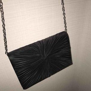 Snygggg väska med kedja, endast använd ett fåtal gånger 🤩🤩🤩   Frakt tillkommer.