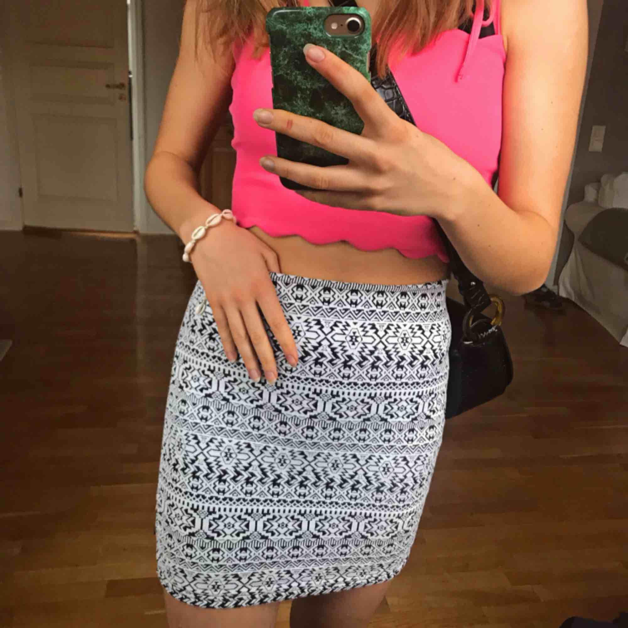 Tajt kort kjol i snyggt mönster! På mig som är ca 162 går den från midjan ner till halva låret ungefär. Passar absolut även S då den är väldigt stretchig! 💖💖. Kjolar.