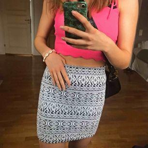 Tajt kort kjol i snyggt mönster! På mig som är ca 162 går den från midjan ner till halva låret ungefär. Passar absolut även S då den är väldigt stretchig! 💖💖
