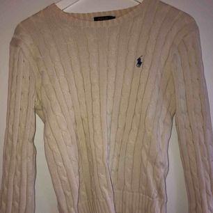 Kabelstikad tröja från Ralph Lauren!  Tröjan är inte i nyskick! Finns ett litet hål på baksidan av den vid kragen! 100kr ink frakt!😊