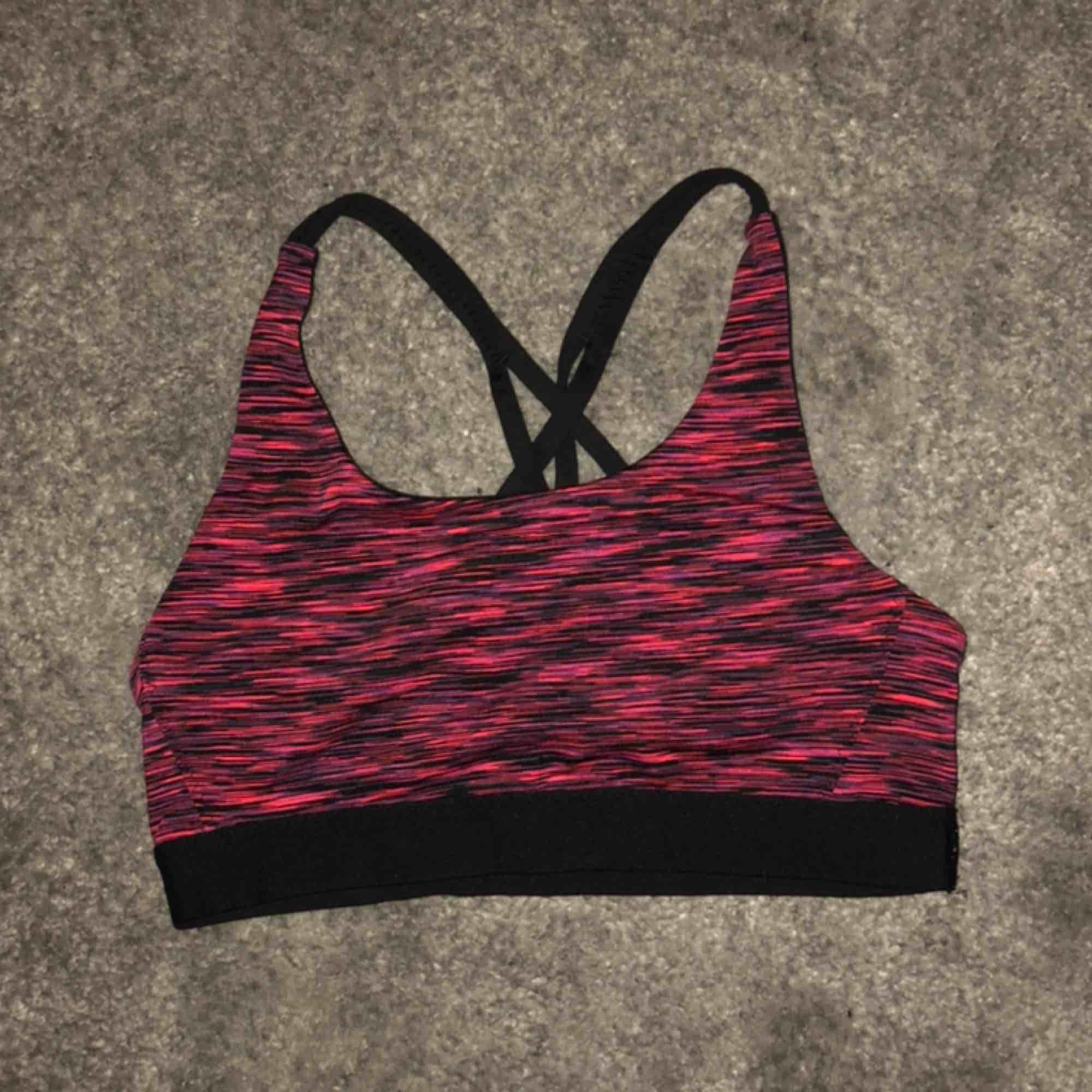 En jättefin rosa spräckning sporttopp från H&M i storlek 158/164. Använd ett fåtal gånger men näst intill nyskick🌟🦋 (köparen står för frakten, 18kr!!). Övrigt.