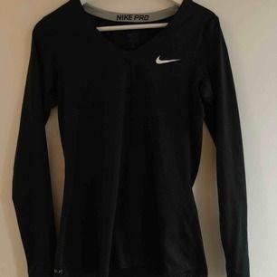 Träningströja från Nike PRO. Är i nyskick, V-ringad, långärmad, skönt material/textil som leder bort svett!  Ink frakt!