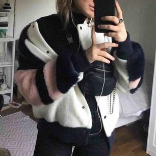 Så cool jacka från Zara, köpt för 1200 kr för ca 2 år sen! Väldigt annorlunda men skitsnygg verkligen! Priset går att diskutera💕💙