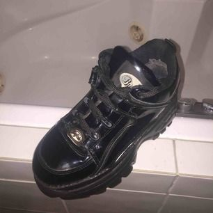 Good condition!! Very comfortable shoe! Perfect for winter