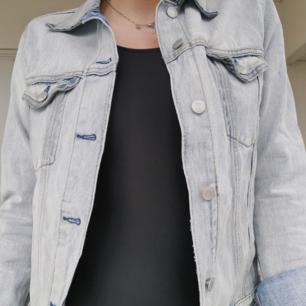 Skitsnygg jeans jacka från weekday. Använd och älskad men i perfekt skick. Storlek S men stor i storlek, skulle snarare säga att den sitter som en M. Köparen betalar för frakten 🌠