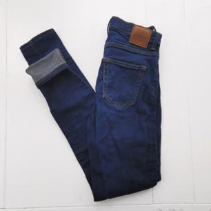 Oanvända jeans från weekday, endast provade! En snygg,  väldigt blå färg, lätt stretching modell med smala ben. Sitter snyggt. Köparen står för frakten 🌠