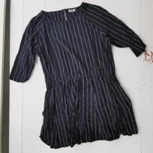 Superfin marinblå/vit randig kortare       klänning från weekday. Aldrig använd av mig, perfekt skick. Tunnt skjortliknande material med en resor i midjan/vid höfterna. Köparen står för frakten 🌠