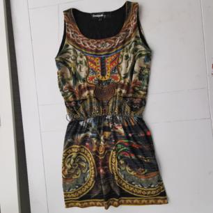 Jättefin klänning från Desigual med broderi framtill. Liten I storlek. Använd en gång, den är som ny! Köparen står för frakten 🌠