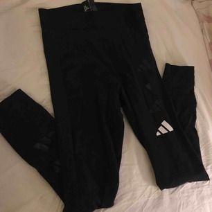 Adidas tights med hög midja från Nelly, de säljs inte på hemsidan längre. Endast provade, hundar finns i hemmet. Pris kan diskuteras vid snabbt köp, köparen står för frakten