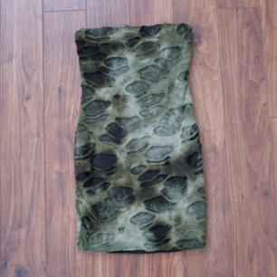 Superhäftig grön/svart ärmlös mini klänning med